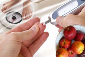 человек измеряет уровень сахара в крови