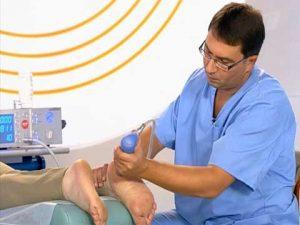 врач проводит процедуру УВТ
